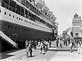 Het schip ligt aangemeerd aan de kade in de haven van Kopenhagen. Uiterst links , Bestanddeelnr 189-0565.jpg