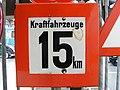 Historisches deutsches Verkehrszeichen - Kraftfahrzeuge 15 km - Deutsches Museum Verkehrszentrum.JPG