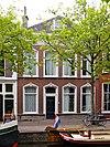 foto van De Flappe, pand met lijstgevel met stucversieringen. Vier vensterassen breed.