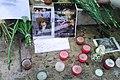 Hommage à Johnny Hallyday, bougies, photos et fleurs.jpg