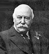Un homme à la fin du moyen âge, chauve et moustachu