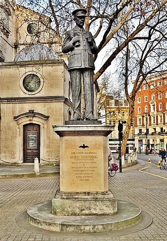 St Clement Danes - Statues of Sir Arthur Harris, 1st Baronet (left) and Hugh Dowding, 1st Baron Dowding outside St Clement Danes