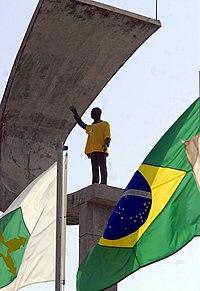 Estátua de JK com a camisa da seleção brasileira, após anúncio oficial feito pela FIFA confirmando o Brasil como sede da Copa do Mundo de 2014.