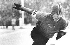 Venstre:   Skøjteløberen Jonny Nilsson blev tildelt bedriftsguldet efter tre VM-guld i 1963 på 5.000 og 10.000 meter og sammenlagte point.   Højre:   Bjørn Borg blev tildelt bedriftsguldet to gange under sin karriere.