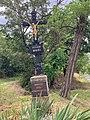 Kříž na západním okraji Koněprus.jpg