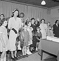 Kinderen en vrouwen met bont staand bij een tafel, Bestanddeelnr 255-8511.jpg