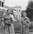 Koninklijk gezin op Soestdijk met hondje buiten, Bestanddeelnr 904-2783.jpg