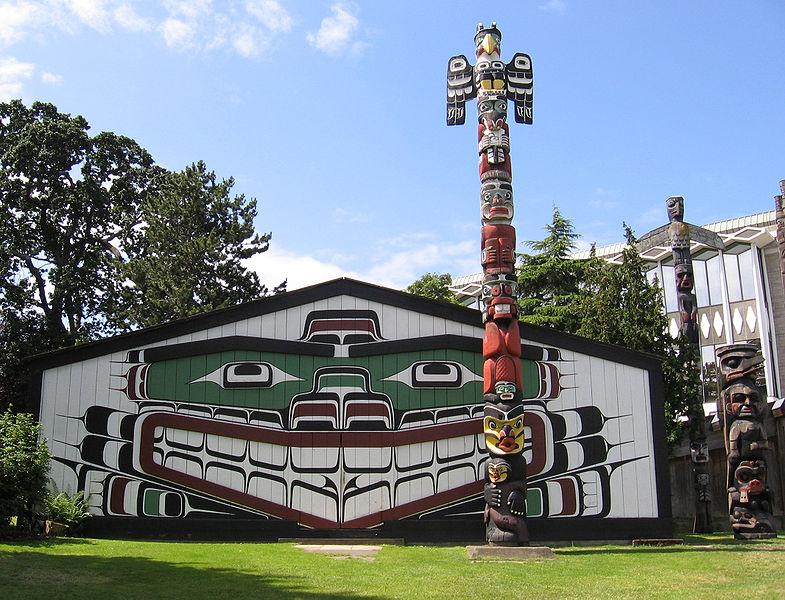 teachartwiki - Totem Pole at Thunderbird Park