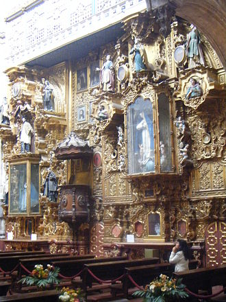 La Enseñanza Church - Altarpieces at the side of the main nave.