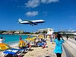 Landing United Airlines Plane Over Maho Beach (6543959013).jpg