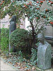 En primer plano, la estela de Mécislas Golberg porAntoine Bourdelleen el Garden Museum Bourdelle.