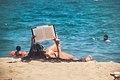 Lectura en la playa (9302795288).jpg