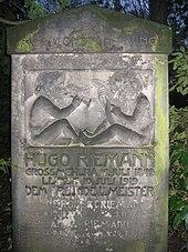 Hugo Riemanns Grabstein auf dem Leipziger Südfriedhof (2008) (Quelle: Wikimedia)