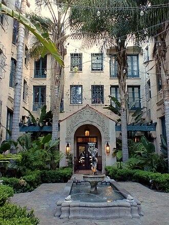 Los Altos Apartments - Image: Los Altos Apartments courtyard, Los Angeles