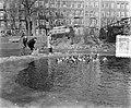 Lucas Bols eenden voerderen in Sarphatiepark, Bestanddeelnr 906-2797.jpg