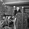 Man staand achter een met tapijt bedekt katheder, Bestanddeelnr 255-8581.jpg