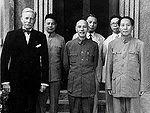 Mao Zedong durant les négociations de 1945 avec Tchang Kaï-chek, en compagnie du diplomate américain Patrick J. Hurley.