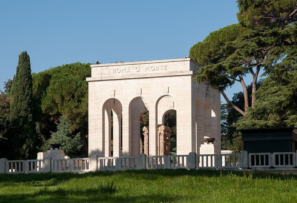 Monuments aux tombés garibaldiens sur la colline du Janicule à Rome - Photo de MrPanyGoff