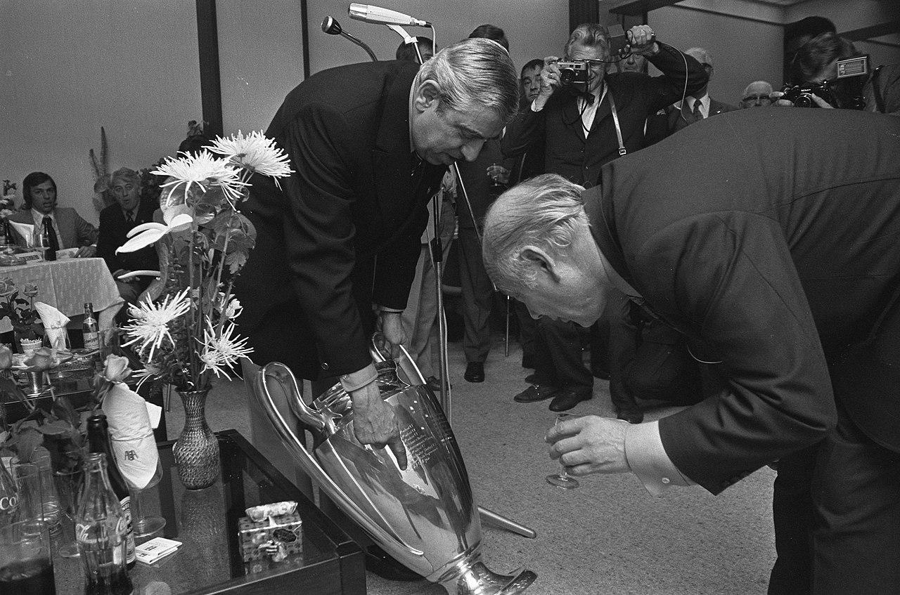 File:Minister-president Den Uyl bewondert samen met Jaap ...