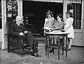 Minister L.J.M. Beel met vrouw en kinderen op het terras van zijn woonhuis te W…, Bestanddeelnr 901-8358.jpg