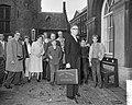 Minister van Financien prof J Zijlstra met het koffer, Bestanddeelnr 911-6114.jpg