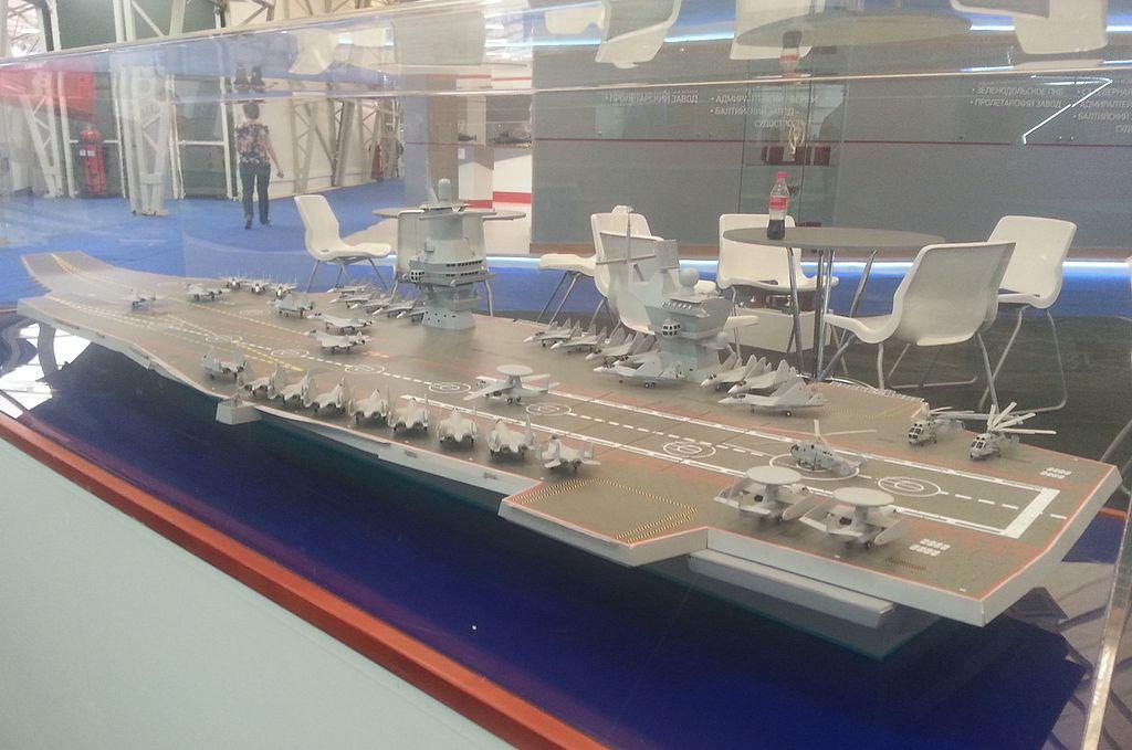 """حاملة الطائرات الروسيه النوويه المستقبليه Shtorm """" Project 23000E """" 1024px-Model_aircraft_carrier_project_23000E_at_the_%C2%ABArmy_2015%C2%BB_4"""