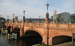 Moltke Bridge - Image: Moltkebrücke vor Berliner Hauptbahnhof
