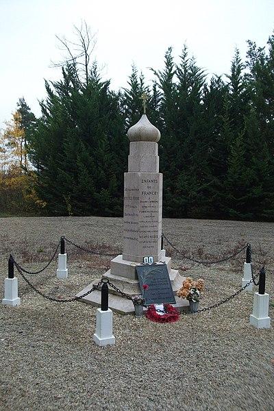 Monument russe érigé en 1917 par les combattant de la 2e Brigade Spéciale russe de la WWI en France. Il se trouve en face du Cimetière militaire russe de Saint-Hilaire-le-Grand.