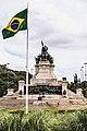 Monumento à Independência do Brasil e Bandeira do Brasil.jpg