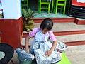 Niña amasando masa de maíz para tortillas en la isla de Janitzio.JPG