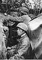 Niemieccy spadochroniarze na zamaskowanym stanowisku bojowym na froncie włoskim (2-2251).jpg