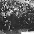 Opgeruimd staat netjes, kinderen ontvangen van Veldkamp e speldje in Den Haag, Bestanddeelnr 914-4855.jpg