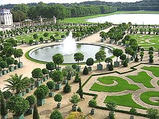 L\u0027Orangerie nei giardini del Palazzo di Versailles con il Pièce d\u0027Eau des  Suisses sullo sfondo