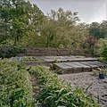 Overzicht van de tuin met de dubbele betonnen bak, de grote gemetselde bak en de fruitmuur - Warmond - 20406382 - RCE.jpg