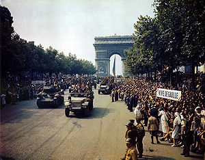 Fahrzeuge der 2. französischen Panzerdivision nach der Befreiung von Paris am 25. August 1944 auf den Champs-Élysées