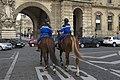 Patrouille féminine cavalerie Garde Républicaine Louvre.jpg