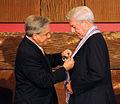Piñera condecora a Mario Vargas Llosa.jpg