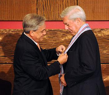 Pi%C3%B1era condecora a Mario Vargas Llosa
