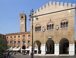 Il cuore della città: piazza dei Signori con il palazzo dei Trecento.