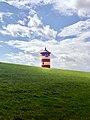 Pilsumer Leuchtturm auf dem Deich (50692275002).jpg