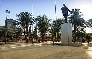 Praça Tomás Berreta com o monumento a José Gervasio Artigas;  ao fundo, a igreja paroquial de São João Baptista.