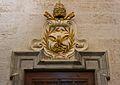 Porta amb els atributs de sant Pere, passadís a la capella del sant calze, catedral de València.JPG