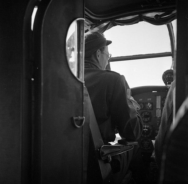 File:Prins Bernhard in de cockpit van een vliegtuig, Bestanddeelnr 255-8004.jpg