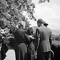 Prinses Juliana in gesprek met enkele personen op een terras, Bestanddeelnr 255-8091.jpg
