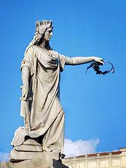 Statua dell'Italia turrita reggente una corona d'alloro a Reggio Calabria. La statua porta sul capo una corona muraria.