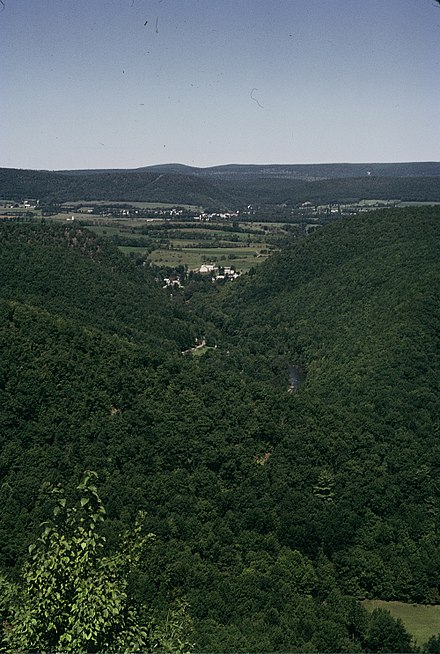 Two water gaps opened by the same river in central Pennsylvania, foreground and background, separated by settlements in flat lands Relieve apalachano.jpg