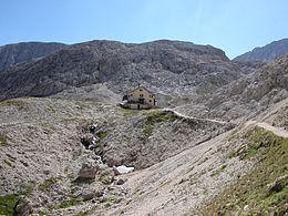Il rifugio Antermoia (2.497 m) alla base della cima Antermoia.