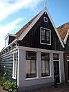 foto van Eenvoudig huis met zadeldak en houten topgevel