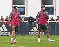 Robert Lewandowski Mats Hummels Training 2019-04-10 FC Bayern Muenchen-2.jpg