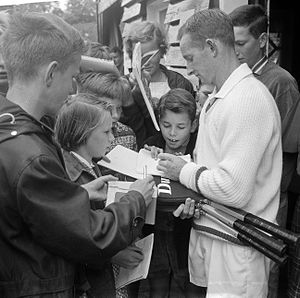 Rod Laver - Rod Laver signing autographs at the Dutch Championships in July 1962